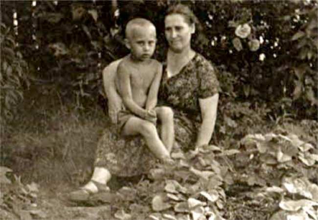 http://www.infotop.lv/uploads/img/articles/large/Vladimir_Putin_with_his_mother.jpg